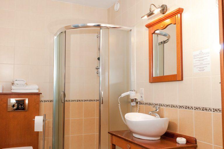 łazienki w pokoju dwuosobowym w sandomierzu